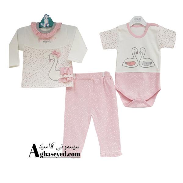 لباس 3 تکه یک ست کاربردی شامل آستین بلند جلودکمه آستین کوتاه زیردکمه و شلوار می باشد. ویژگی های ست 3 تکه لباس نوزادی گودمارک: 3 تکه شامل:(بلوز استین بلند جلوباز)-(بلوز استین کوتاه زیردکمه)-(شلوار) از جنس پمبه ضد حساسیت. در سه سایز:سایز1(3 تا 6 ماهگی)-سایز2(6 تا 9 ماهگی)-سایز 3(9 تا 12 ماهگی) قابل شستشو در ماشین لباسشویی. در بسته بندی شیک و زیبا. توضیحات: جنس این ست از الیاف نخی بوده و بسیار نرم و لطیف است و نوزاد با آن حس خوب دارد و در آن احساس راحتی میکند. الیاف از پنبه درجه یک تهیه شده است. سایزبندی: مدلهای لباس گودمارک برای نوزادان در چهار رده سنی به بازار ارائه شده است. سایز صفر (برای نوزادان تا سه ماه)، سایز یک (برای نوزادان بین 3 تا 6 ماه)، سایز 2 (برای نوزادان بین 6 تا 9 ماه) و سایز 3 (برای نوزادان بین9 تا 12 ماه).مناسب برای همه فصول: ترکیب سه تکه در این ست پوشش دهنده نیازهای کودک با توجه به شرایط دمایی متفاوت است.شستشوی دستی و ماشینی: مادران میتوانند این محصول را هم به شکل دستی و هم ماشینی بشویند. الیاف بکار برده شده در این ست سه تکه به گونه ای است که در شستن آب نمی رود و رنگ خود را از دست نمی دهد.مواد و الیاف بکار برده شده در این سری از لباسها ضد حساسیت بوده و بدن کودک در آنها، آرامش و راحتی را تجربه میکند. همچنین از دکمه های فاقد نیکل در این محصولات استفاده شده است.تولیدی گودمارک یکی از معتبرترین برندهای پوشاک نوزادان است.